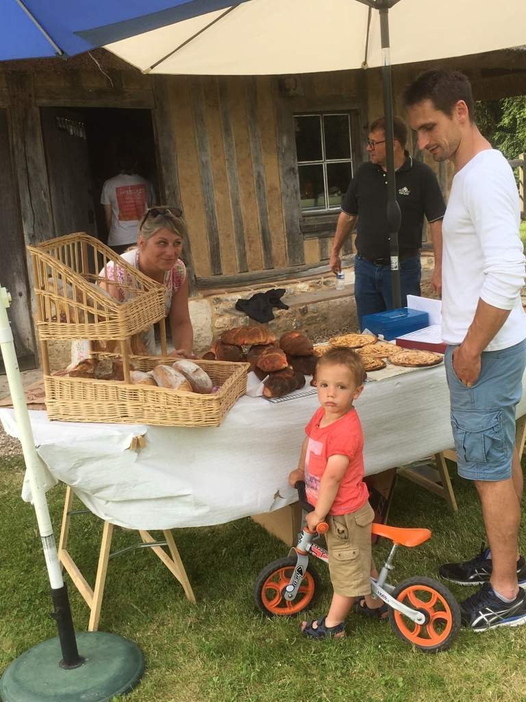 Four à pain vente - Parents de Léa et Alex. et enfant sur vélo IMG_2081